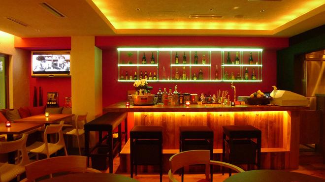 アボカド - 内観写真:光るボトル棚が印象的なカウンター席。