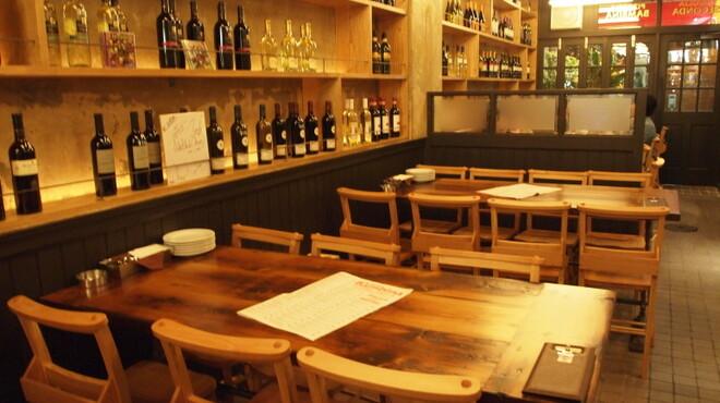 セコンダ バンビーナ - 内観写真:ワインのボトルを直接みて選べます。各国の安旨ワインを厳選していますよ。