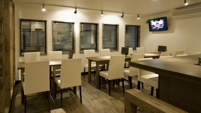 黒天 - 内観写真:2階カフェ風テーブル席