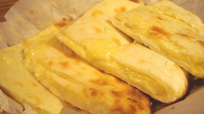 マナカマナ - 料理写真:チーズたっぷりとろーり「チーズナン」