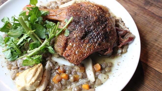 ルフージュ - 料理写真:鴨モモ肉のコンフィ。フレンチの定番です♪