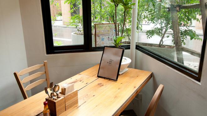 南青山野菜基地 ORIGINAL - 内観写真:トネリコの木漏れ日席×2(4名様〜8名様)
