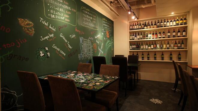 COTA - 内観写真:【壁一面の黒板】本日のお勧め&シェフの想いが込められています