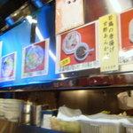 四季ボウ坊 - カウンター内は狭い厨房