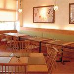 ナチュラル・ココ - 合板を使用せず無垢の木材でつくられたこだわりのテーブルや椅子、壁は漆喰、いるだけで癒されるような気持のよい空間です。