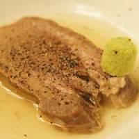 新八 - じっくり煮込んだ牛タンはお箸で切れるほど柔らかい!「茹でタン」399円「タンシチュー」504円「タン塩焼き」714円