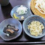 手打ちうどん おがわ - 薬味+煮昆布+揚げ玉