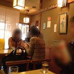 茶寮 ぎょくえん - 机が3つの店内。