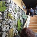 月亭 - 店内入ってすぐ。自然の岩盤?