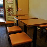 浪花屋 - 8席しかありませんが、店内でも座ってゆっくり食べて頂けます。(エアコン完備)