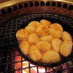 炭火焼肉 白山 - にんにく焼き