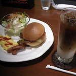 10160059 - アイスカフェオレにモーニングのマフィンサンド(+200円)