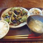 食堂ウミユリ - なすと豚肉の中華炒めの定食を(750円)。