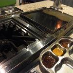 ベジテジや - 各テーブルには、サムギョプサル用の鉄板と鍋が~