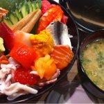 つかさ鮨 - 海鮮丼、これに小鉢がついてきます。