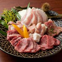 やきにくのバクロ - バクロの盛り合わせ(4298円)お肉のプロも納得のバクロならではのコスパ盛。高級部位から定番部位、ヘルシーお野菜までの充実で贅沢な絶対に満足できる盛り合わせ