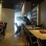 カフェ アッコ - ビアンコを基調と、清潔感が漂います。