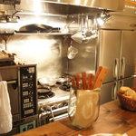 アヒルストア - カウンターから1段低いところにあるキッチン。