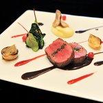 ラ ターブル ドゥ ジョエル・ロブション - 蝦夷鹿肉 ゆっくりロティし濃厚なソースシヴェ マスタードシードの香るホウレン草にクランベリーのジュ