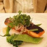 ラ・マティエール - 【お連れオーダー前菜】本マス(函館産)のスモークの皮カリカリ焼きと温泉玉子、タラゴンの香り♪