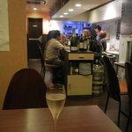 G'day ワイン食堂 - 奥からカウンターを見る