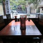 玉松 - テーブルの他に、カウンターや長机もある