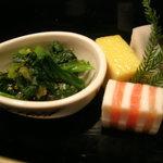 伊古奈 - 先付 : 法蓮草と数の子の和え物、サーモンとチーズのサンド、小豆蒲鉾、