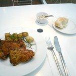 レセプションガーデン - 料理写真:チキンのハーブグリル、ジャガイモのコンフィ添え