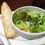 金星パスタ - ランチセットのサラダとバゲット。サラダ美味!
