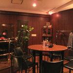 BAR 倉吉 - テーブル席。お店のコーナーでギターの生演奏してました。