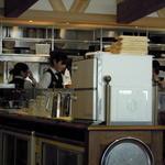 足柄の森レストラン - 席によっては厨房の様子が見えます。