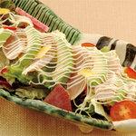 矗々家 - 炙りささ身とアボガドのサラダ 680円