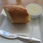 銀座 シェ・トモ - バターに店のマークが!