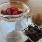 銀座 シェ・トモ - デザートを選ぶ際には、材料見せて説明が♪