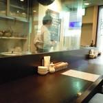 くるみ屋dining - ガラス越しに調理工程が見えます