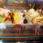 シロツキ - ショーケースのケーキは全て350円