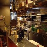1077473 - オープンキッチンの厨房の様子(右側)とカウンター席(左側)