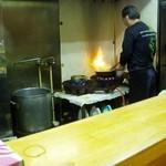 叶 - 厨房にて、たん麺の野菜を炒める主人