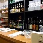 勝元 - カウンターに座って見た風景です。 沢山のお酒が並んでいますよね。