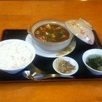 中華屋台 加匠 - 料理写真:土鍋マーボーランチ ¥800 あつあつぐつぐつの麻婆豆腐です。お好みで山椒をミルでおろしてふりかけてください。