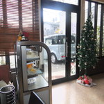 Noel - 入口付近にはクリスマスツリーも