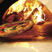 香ばしくモチモチとした自慢のピザ