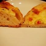 レジュイール - フレンチポテト¥180、ゴルゴンゾーラとオリーブのパン(バジル風味)¥220(断面)