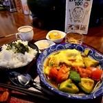 喫茶+バー 48 PAN - ママがいる時限定の、「チャコまま定食」(800円)。メインはトマト+アボガド+にんにくいため。