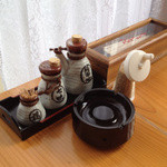 温泉うどん - 卓上の調味料セット