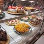 ア・ラ・カンパーニュ - お店の中央は美味しそうなケーキが綺麗に並べられて多くのお客様がケーキを買い求めておられました。