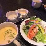 カラオケ パセラ - サラダとスープ(この日は人参)