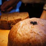 アラ - パンは店内で手作り。とても美味しいです♪しかもお代り自由