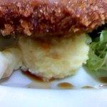 肉のますゐ - ビーフカツの下にポテトサラダ・・・・