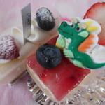 オルロージュ - 左からチーズケーキと、迎春ケーキです^^